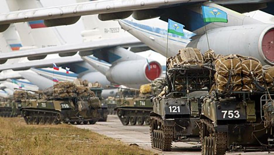 Погрузка десантников на военно-транспортные самолеты.