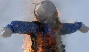 Проводы зимы всегда заканчиваются сожжением чучела.