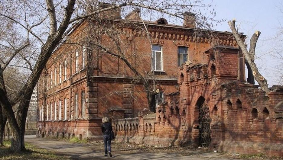 Кирпичная ограда Казенных винных складов в Бийске.