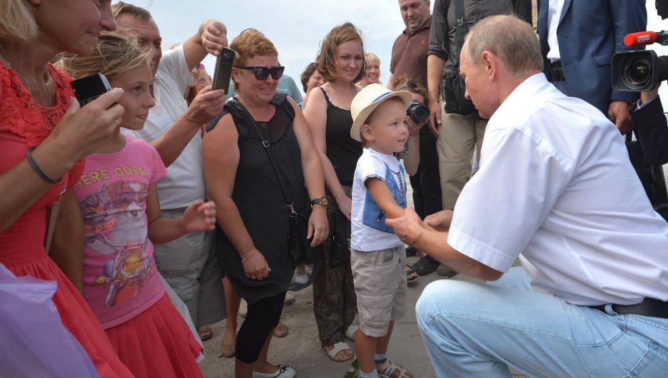 Владимир Путин и ребенок.