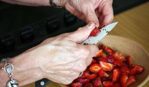Нож в руках женщины.
