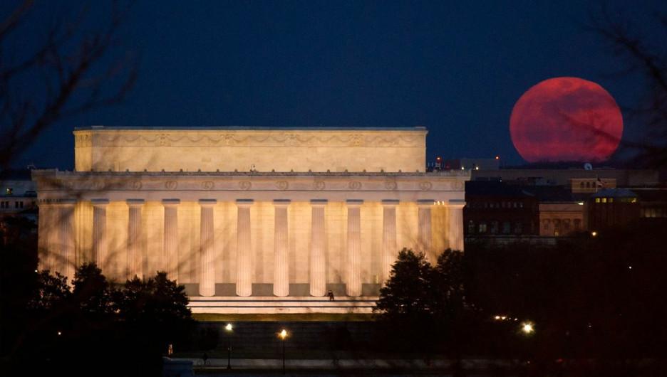 Кровавая луна над Вашингтоном.