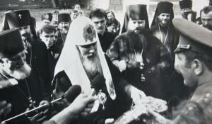 Полковник Кулибаба передает патриарху Алекcию II символический ключ от Никольской церкви (в ту пору - солдатский клуб барнаульского летного училища). 11 мая 1991 года.