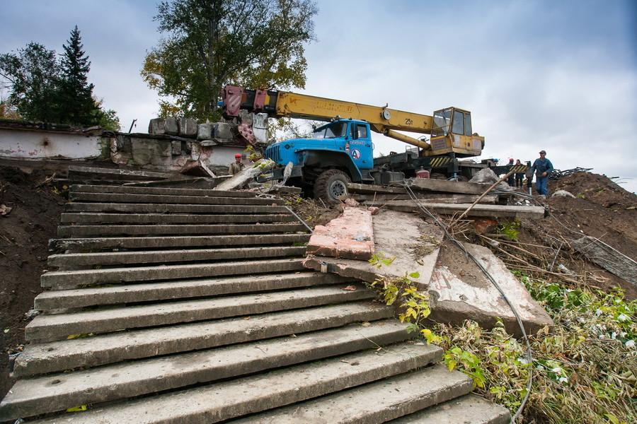В Барнауле ломают лестницу ВДНХ.