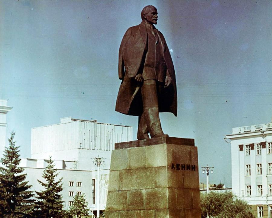 Площадь советов, центр композиции — памятник В.И. Ленину (скульптор — И.Д. Бродский, архитектор — В.В. Казаринов.