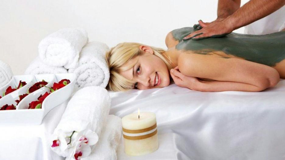 Грязевое обертывание способствует выведению токсинов и застойной жидкости из тканей, улучшая лимфо- и кровообращение.
