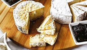 Свежесваренным сыром, который сохраняет свои вкусовые качества лишь несколько часов, теперь угощают посетителей ресторана Mozzarella.
