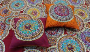 Невероятно красочные подушки могут стать подарком при покупке комплекта постельного белья Bassetti.