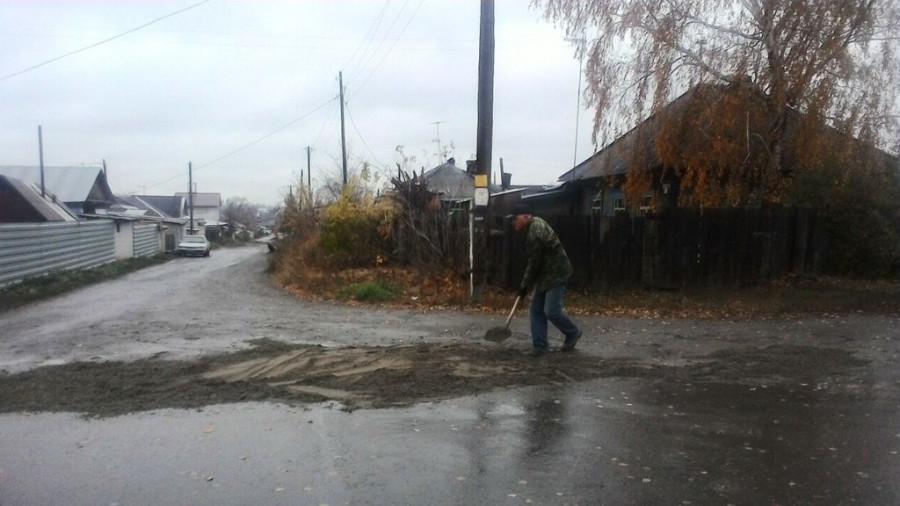 Барнаулец самостоятельно засыпал яму на дороге.