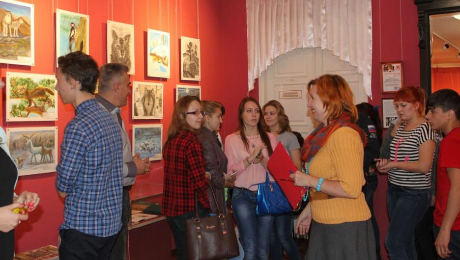 """Известные алтайские поэты открыли выставку детских рисунков, организованную при поддержке """"Алтайлеса""""."""