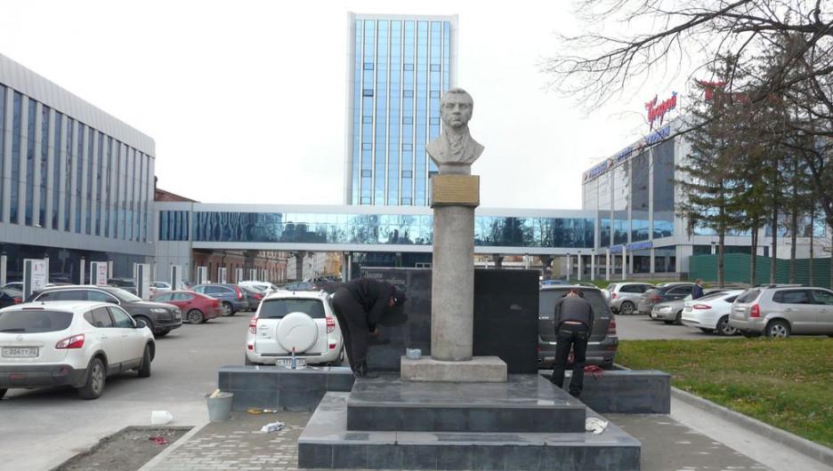 В Барнауле восстановили памятник Петру Фролову.