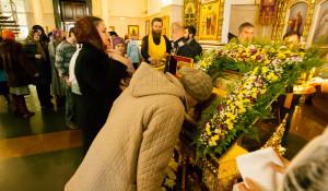 В барнаульском храме святителя Димитрия Ростовского верующие поклоняются мощам святого князя Владимира. 21 октября 2015 года.