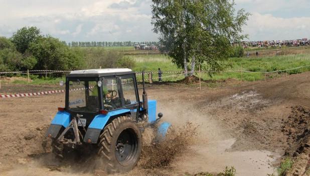 Трактор в грязи.
