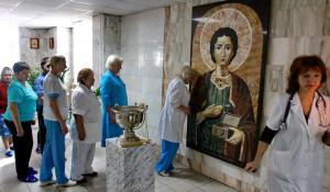 В краевой клинической больнице появилась камнерезная икона святого великомученика и целителя Пантелеймона.