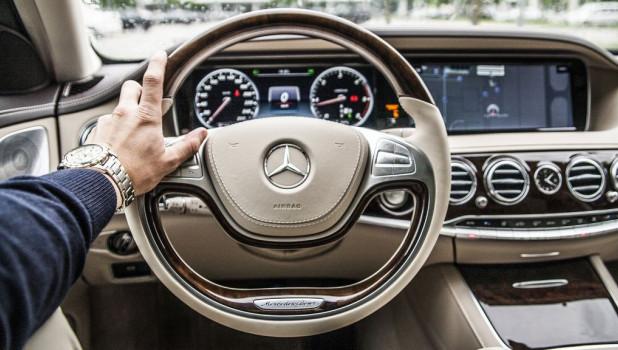 Автомобиль, руль, водитель.