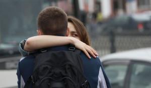 Барнаул целуется и обнимается.