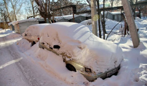 Автомобили под снегом.