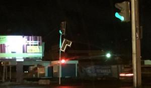 В Барнауле сильный ветер повредил светофор и рекламные конструкции.