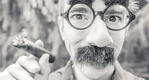 Мужчина, курение, нос.