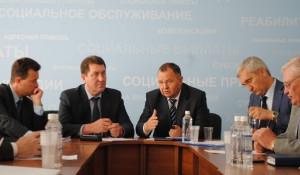 На фото по центру слева направо: Сергей Дугин, Борис Трофимов и Виталий Снесарь.