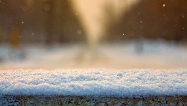 Падает снег.