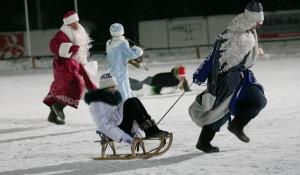 Деды Морозы мчатся вперед.