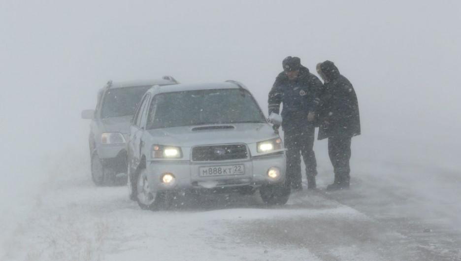 Сотрудники ГИБДД на дороге в метель.