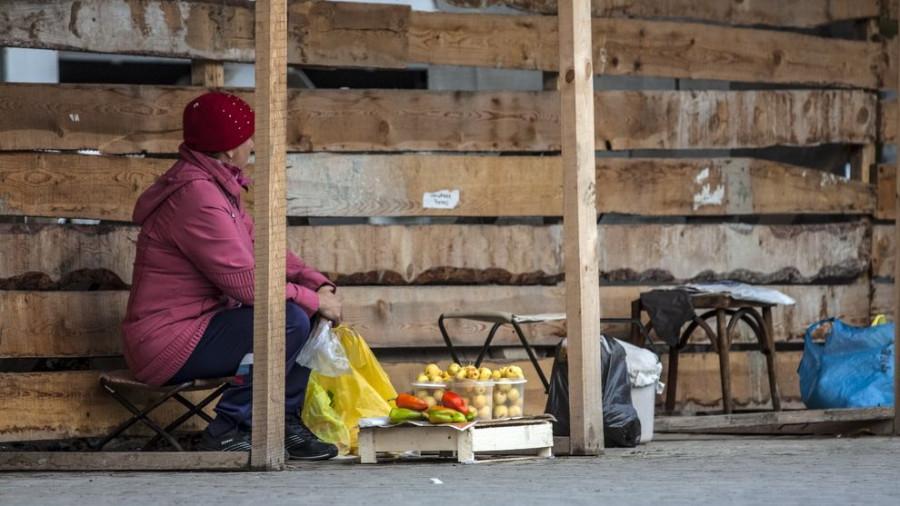 Уличная торговля. Пенсионерка.