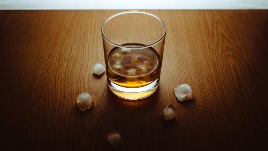 Алкоголь, виски.