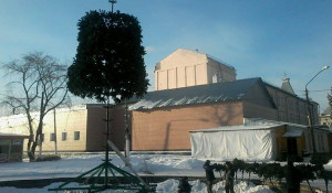 Установка елки в парке Центрального района.