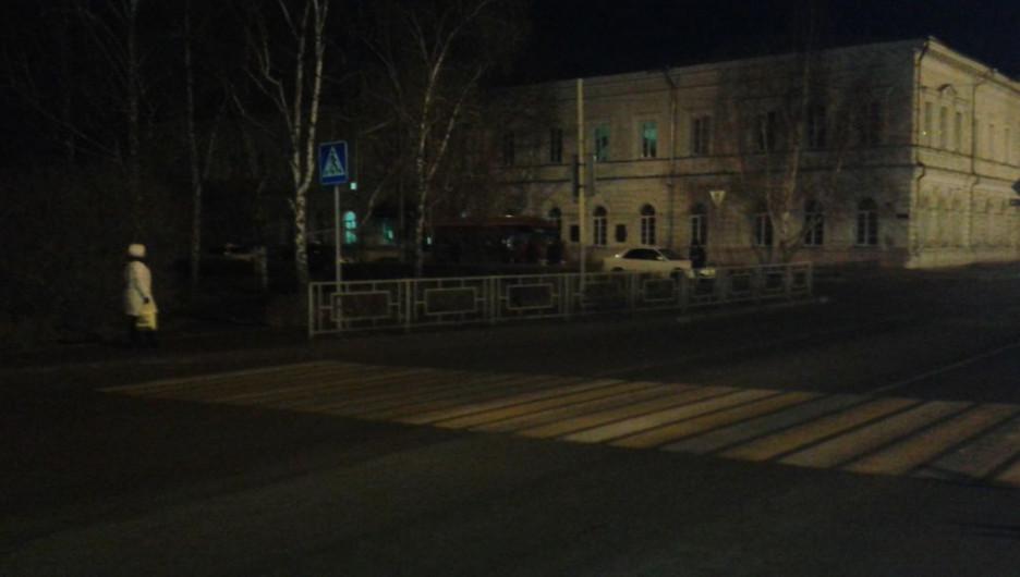 Пешеходный переход ночью.