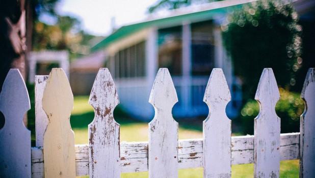 Дом, забор, соседи.