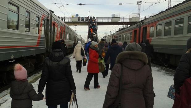 Электрички, вокзал, железнодорожный мост.