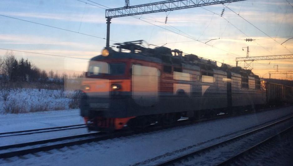 Железная дорога, грузовой поезд.
