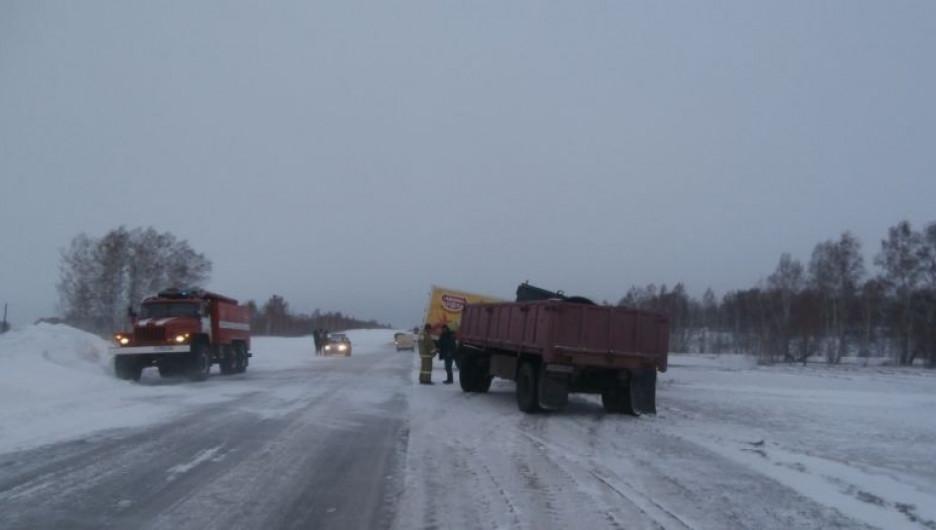 Спасатели ликвидируют ДТП на дорогах Алтая.