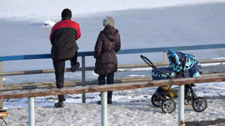 Мужчина, женщина и ребенок в коляске.
