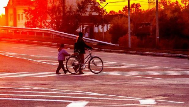 Велосипедисты. Женщина и ребенок.