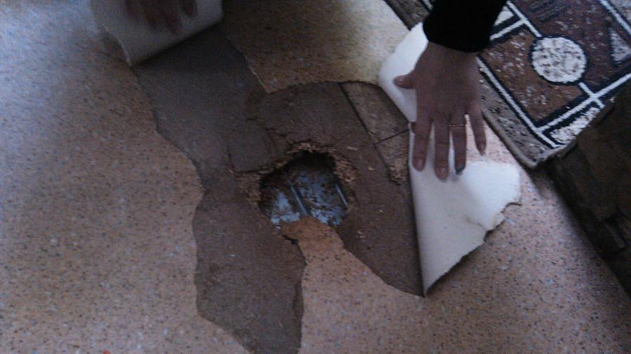 Дыра в полу в одной из квартир дома на ул. Спекова в Бийске