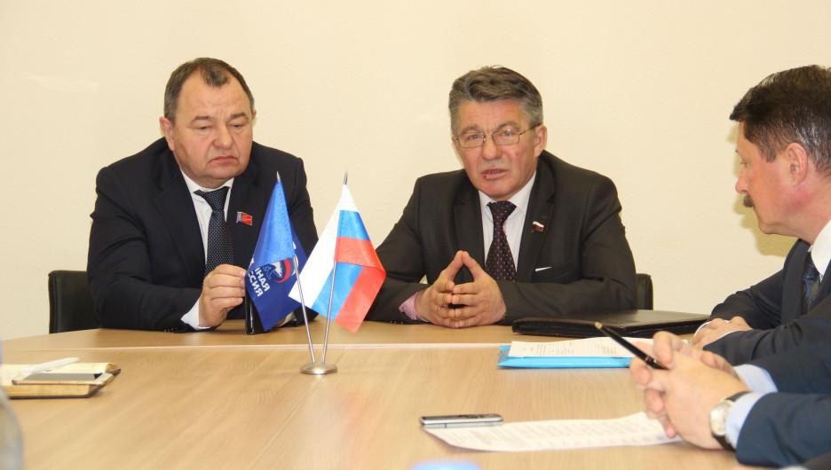Виктор Озеров (справа).