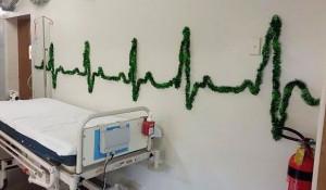Медики шутят: больничные рождественские украшения.