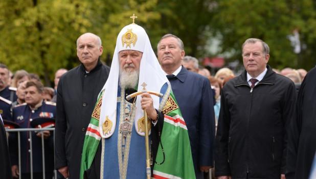 Патриарха Кирилла сопровождают первые лица региона.