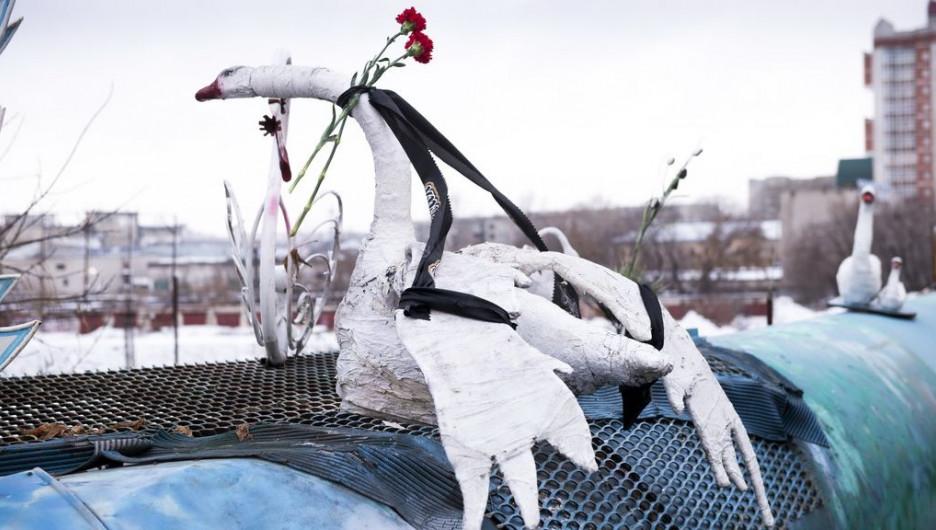 """На лебеде """"Андрюше"""" появилась траурная лента в память о Валерии Метелице."""