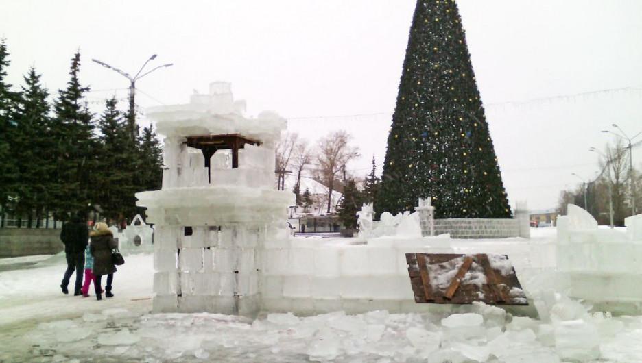 В Барнауле из-за дождя разрушается ледовый городок.