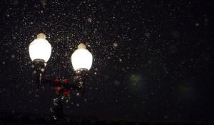 Ночь. Улица. Фонарь и снегопад.