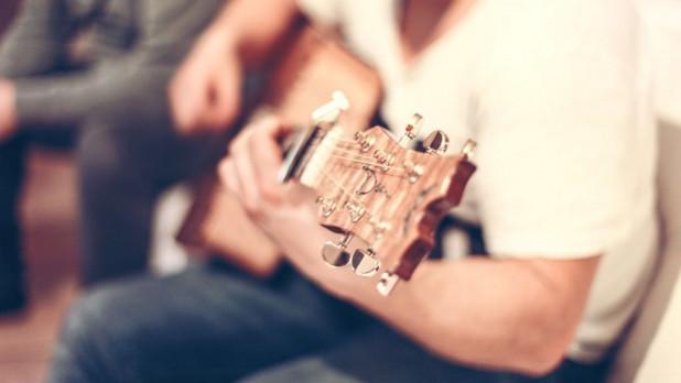 Мужчина играет на гитаре.