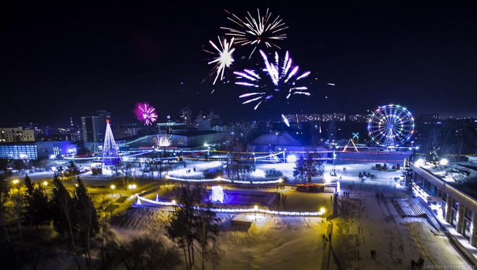 Новогодний салют на площади Сахарова с высоты птичьего полета.