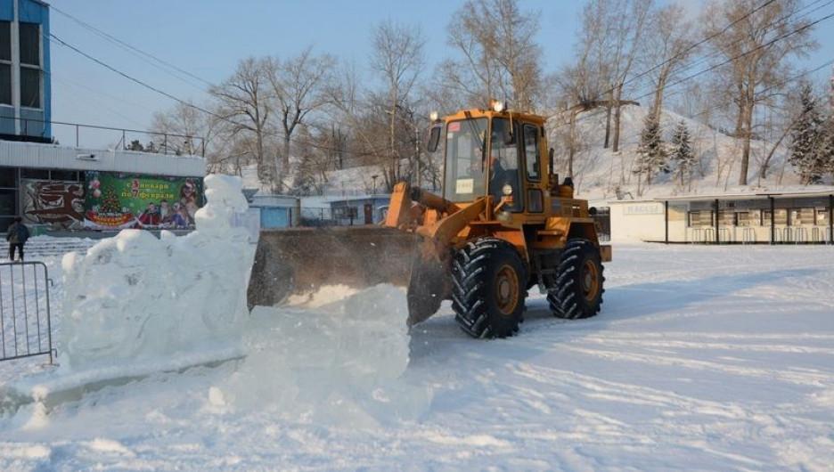 Демонтаж ледового городка на площали Сахарова.