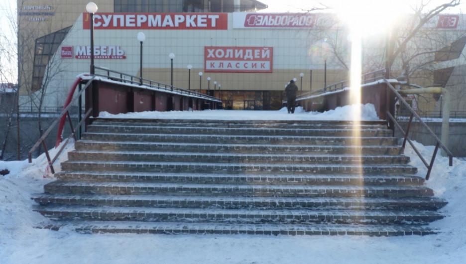 """Пешеходный мост через Барнаулку. ТЦ """"Воскресенье""""."""