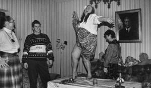 Галина Брежнева, дочь Генерального секретаря ЦК КПСС Леонида Ильича Брежнева, танцует на столе.