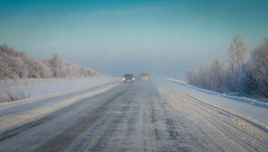 Зима. Гололед на дороге. Автомобили.